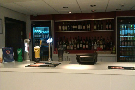 Travelodge Cambridge Orchard Park: bar
