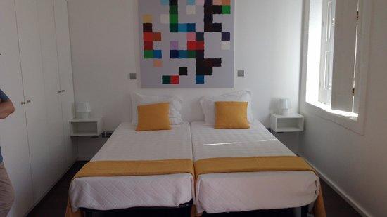 Fine Arts Guesthouse : habitación amplia, silenciosa y con balcon