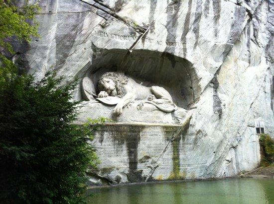 Löwendenkmal: Emotional