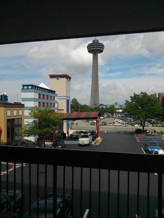 Best Western Fallsview: Skylon across from Brst Western Niagara Fallsview