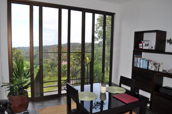 The Guest Suites at Manana Madera Coffee Estate: Living room with a great view