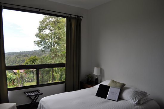 The Guest Suites at Manana Madera Coffee Estate : Bedroom also with a great view