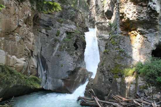 Johnston Canyon : Lower Falls with tunnel on right