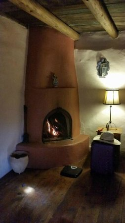The Triangle Inn - Santa Fe: Living Room Fireplace
