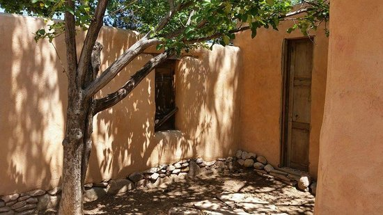 The Triangle Inn - Santa Fe: Courtyard outside our Casita