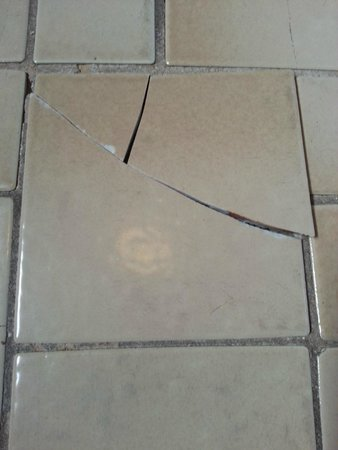 Olde Tavern Motel & Inn: Very dangerous, broken floor tile