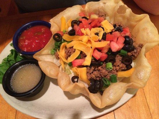 BozWellz Pub & Eaterie : Taco salad