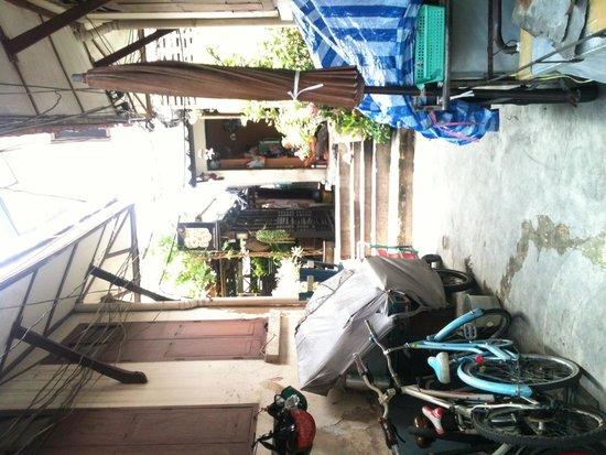 Loy La Long Hotel: hotel front gate