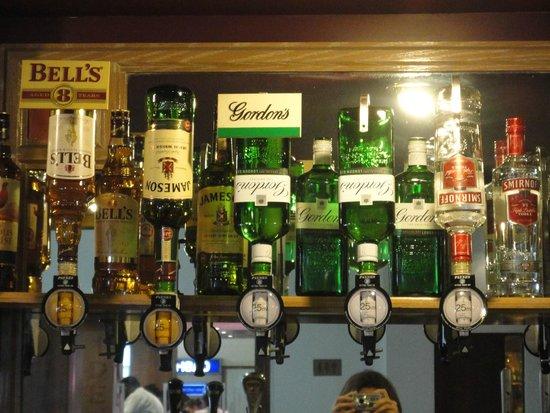 Royal National Hotel: Barra del bar en el lobby del hotel
