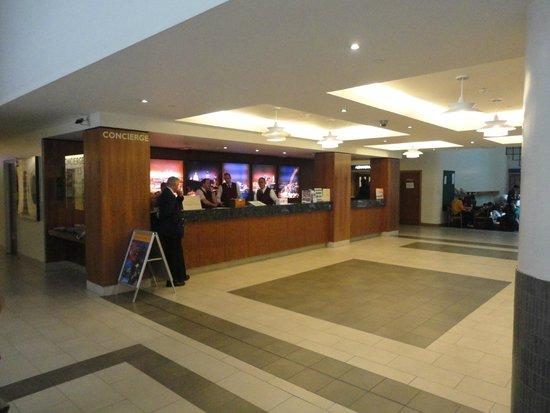 Royal National Hotel: Vista parcial de la recepción y del lobby del hotel