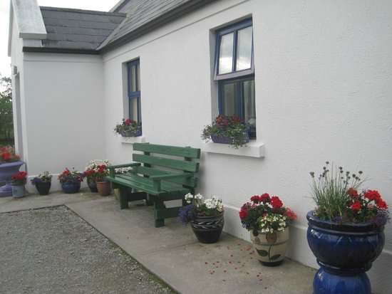 Clondanagh Cottage: Outside
