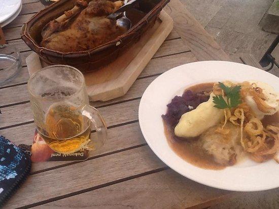 The ICON Hotel & Lounge: ビールとチェコ料理(カモの煮込みハーフ)