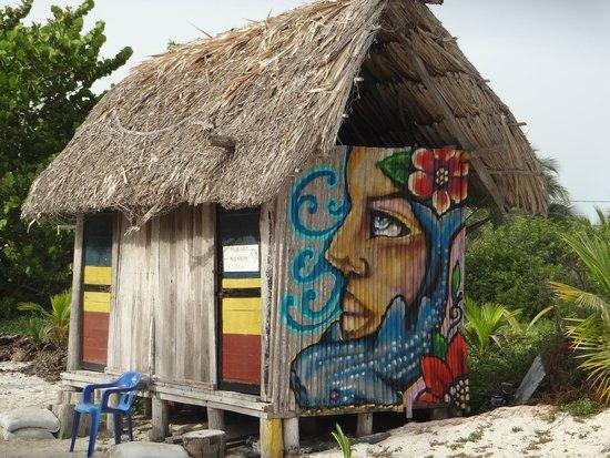Raices Beach Club and Marina: Raices' colorful bathroom