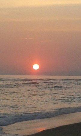 Vista Mare Italian Restaurant: Sunrise like a sunset at vistamare gili air ( wyn pict)