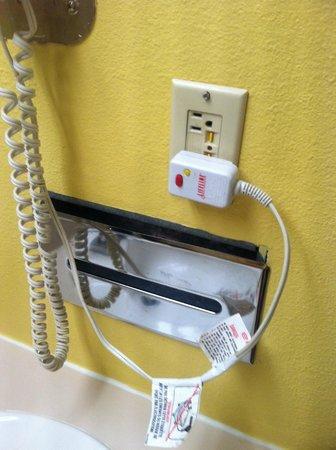 Days Inn Colorado Springs/Garden of the Gods: kleenex dispencer in bathroom