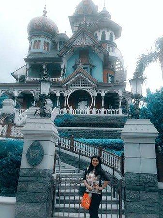 Hong Kong Disneyland: At Mystic Manor Mansion, Hongkong Disneyland