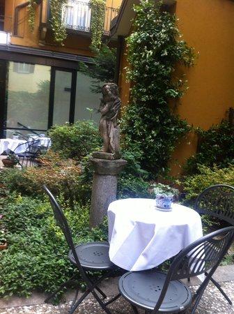 Hotel Sanpi Milano: Courtyard