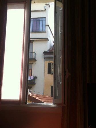 Hotel Sanpi Milano : Morning sun through the window