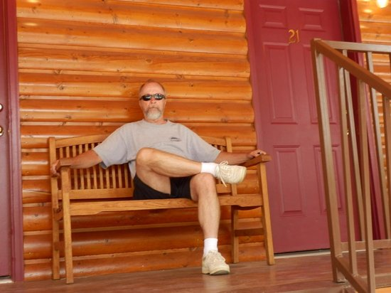 Austin's Chuckwagon Lodge and General Store: Enjoying the Bench Outside Our Room