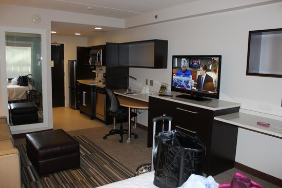 Home2 Suites by Hilton Philadelphia - Convention Center, PA : TV and desk area