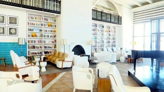 H10 Timanfaya Palace: Library/lobby bar