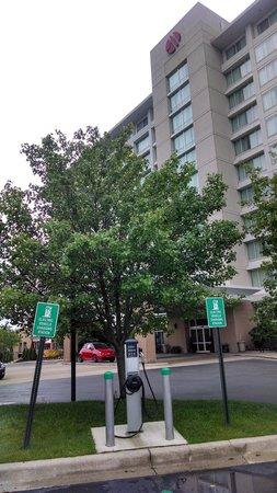 Auburn Hills Marriott Pontiac: Front of hotel with Electric Car plug in
