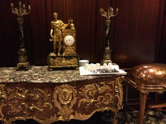 Hotel Holt: Breakfast room art