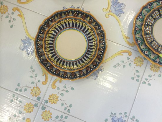 Ceramiche Cosmolena di Margherita di Palma: Picking out dishes