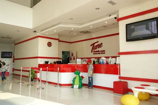Tune Hotel Danga Bay: Lobby hotel dengan patung lego