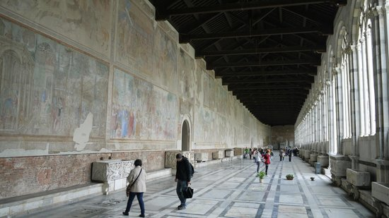 Le Camposanto (cimetière) : Walking on one side of the Composanto