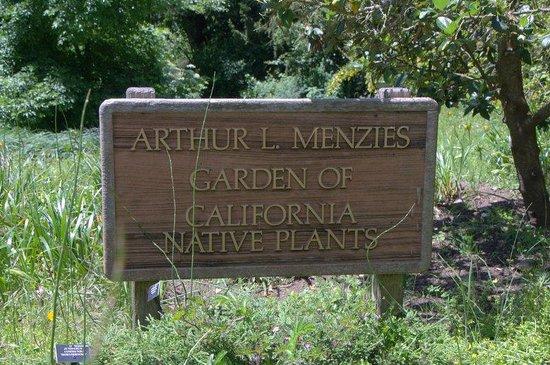 San Francisco Botanical Garden: Signage to meadow garden