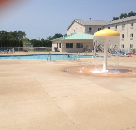 Breakers Express: Pool area