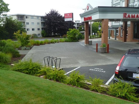 Ramada Nanaimo : Excess space where we couldn't park.