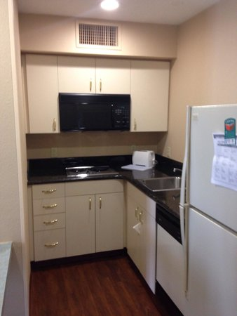 Homewood Suites by Hilton Greensboro: Kitchen area