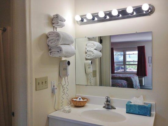 The Lighthouse Inn: bathroom