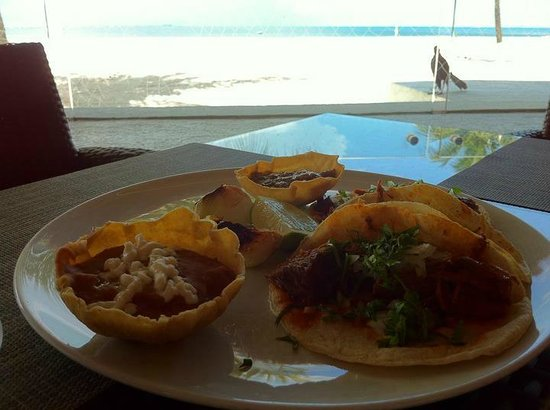 Presidente InterContinental Cancun Resort: Beach-side restaurant