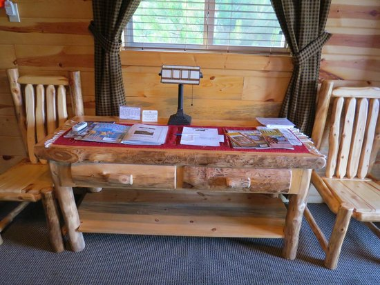 Frontier Cabins Motel: Rustic Furniture