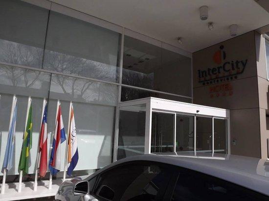 Intercity Montevideo: Entrada do hotel e estacionamento