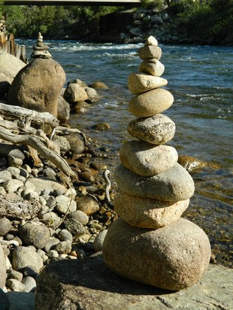 Mountain River Inn Bed & Breakfast : Cairns on the beach. We had fun stacking them!