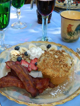 Mountain River Inn Bed & Breakfast: Pancake muffin, bacon and fruit for breakfast.