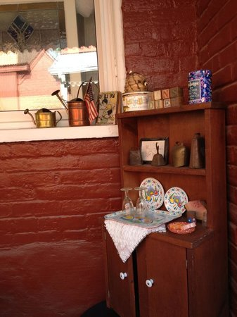 Abigail's Grape Leaf Bed & Breakfast, LLC: Antiques on the veranda