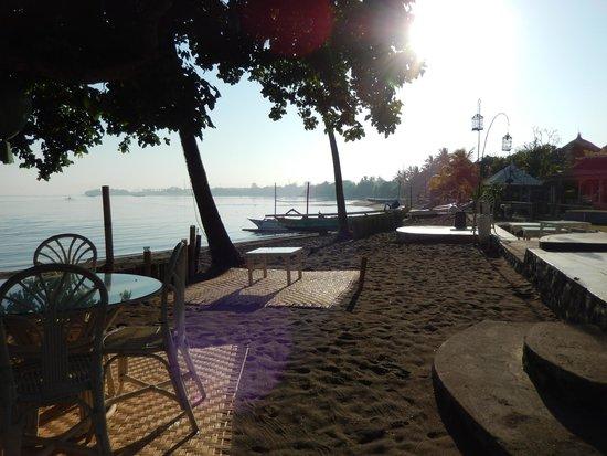 Lilin Lovina Beach Hotel : beach adjacent to dining area