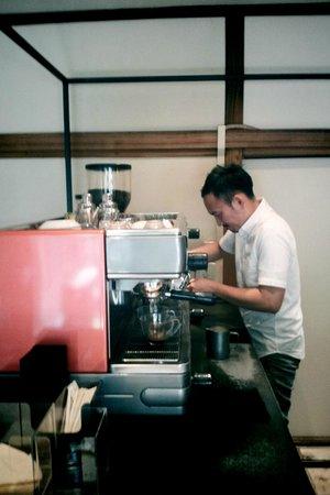 Omotesando Koffee: Barista at work