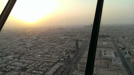 Tour du Kingdom Centre : One side of the view with the sun slowly setting