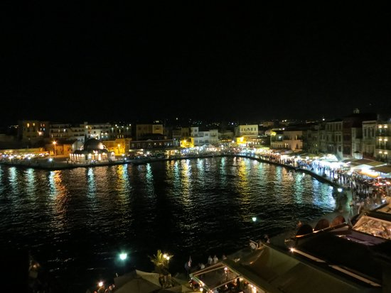 Amphora Hotel: Nighttime view from communal patio