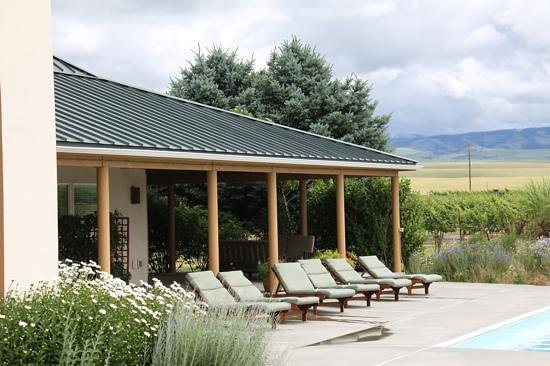 Walla Faces Inns at the Vineyard: deck and porch of the pool suite