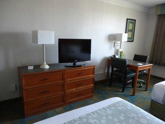 La Quinta Inn & Suites Seattle Sea-Tac Airport: Updated TV.  Desk was nice.