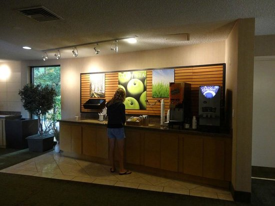 La Quinta Inn & Suites Seattle Sea-Tac Airport: Breakfast area after clean up.