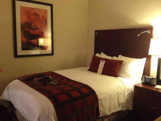 Wyndham Hamilton Park Hotel and Conference Center: One of the full size beds