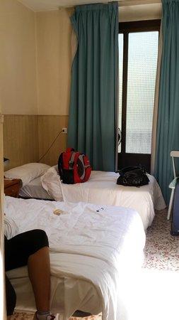 Hostal Buelta : Habitacion luminosa con 2 balcones a la calle